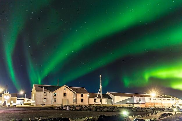 아이슬란드에서 전경에 창고와 화려한 오로라 (오로라 보 리 얼리스) 프리미엄 사진
