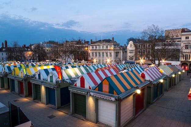 カラフルなノリッジマーケットとイギリス、イングランド、ノーフォークの夕暮れ時の有名な城 無料写真