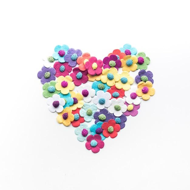 Красочные сердца цветы бумаги на белом фоне Premium Фотографии