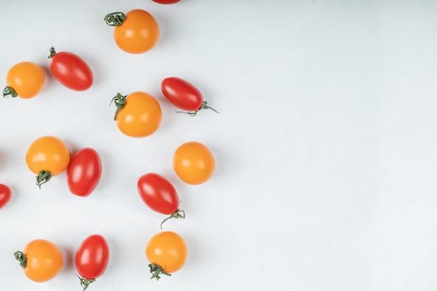 白い背景の上のカラフルな有機トマト。高品質の写真 無料写真