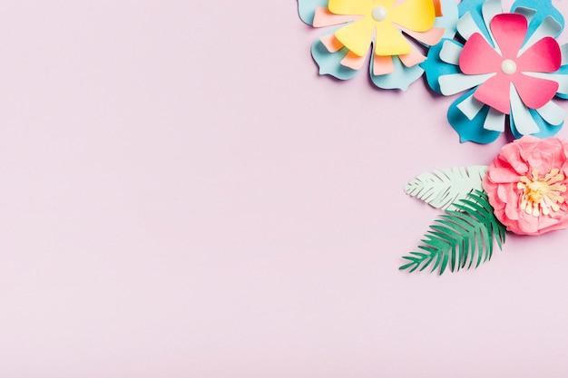 Красочные бумажные весенние цветы с копией пространства Бесплатные Фотографии