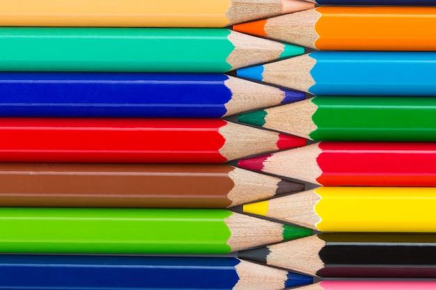 カラフルな鉛筆を一列に並べてクローズアップ Premium写真