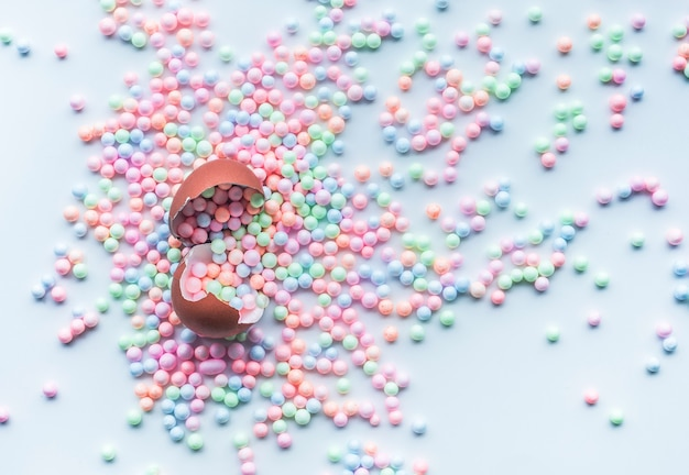 Красочный пенополистирол с яйцом на белом фоне. Premium Фотографии