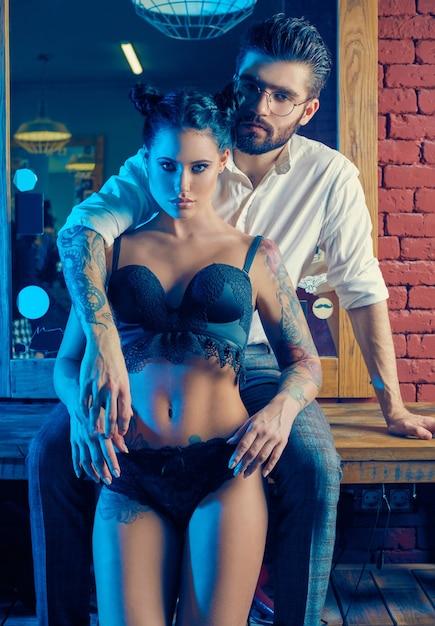 Красочный портрет красивой пары в парикмахерской Premium Фотографии