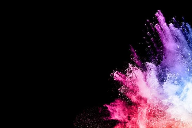 黒い背景にカラフルな粉体爆発。 Premium写真