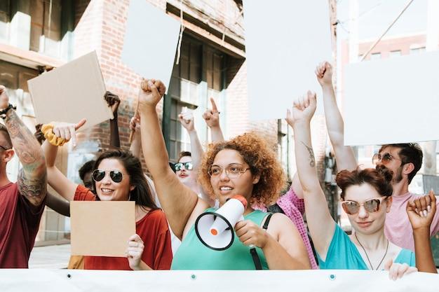 Красочные протестующие маршируют по городу Premium Фотографии