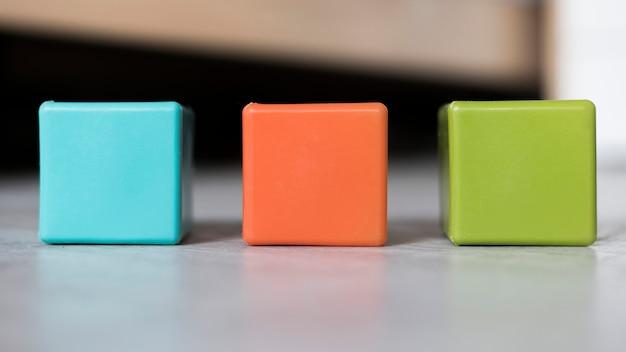 Insieme variopinto dei cubi allineati sul pavimento Foto Gratuite