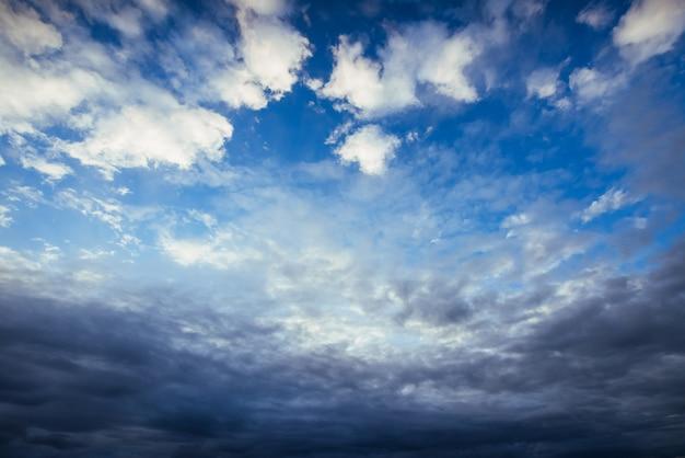 Cielo colorato con sfondo sole in montagna. tramonto alba Foto Gratuite