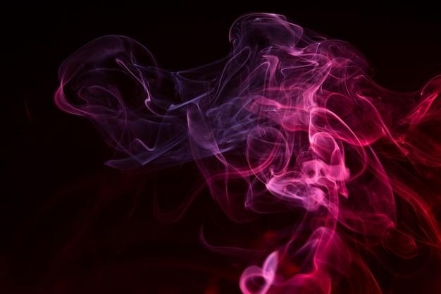 黒い背景にカラフルな煙のクローズアップ Premium写真
