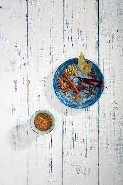 テーブルの上のカラフルなスペシャル。インドのガラムマサラパウダーとその成分はカラフルなスパイスです。 Premium写真