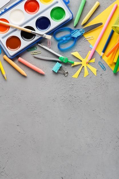 学校や子供たちの作成のためのカラフルな文房具用品。 Premium写真