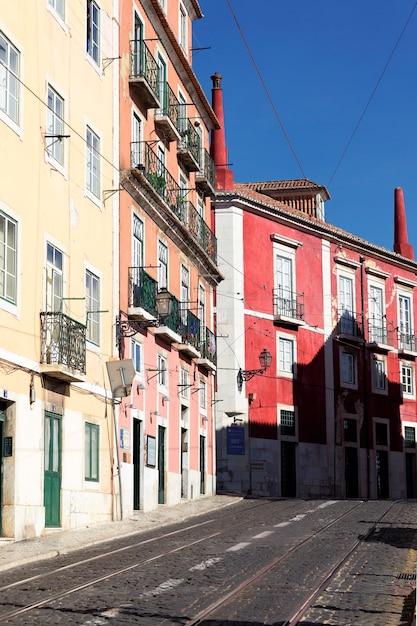 Strada colorata a lisbona in estate, portogallo Foto Gratuite
