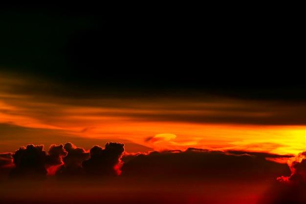 Красочный восход солнца на небе облака силуэта Premium Фотографии