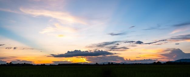 다채로운 일몰과 구름과 일출. 자연의 파란색과 주황색 색상. 푸른 하늘에 많은 흰 구름. 날씨는 오늘 분명합니다. 구름에 일몰입니다. 하늘은 황혼입니다. 프리미엄 사진