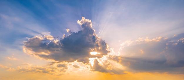 空、雲、太陽光線の色鮮やかな夕焼け。 Premium写真