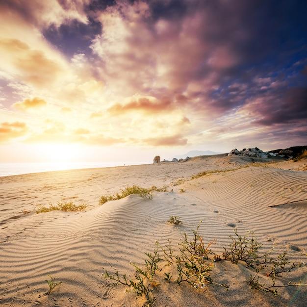 Красочный закат над таинственной пустыней Premium Фотографии