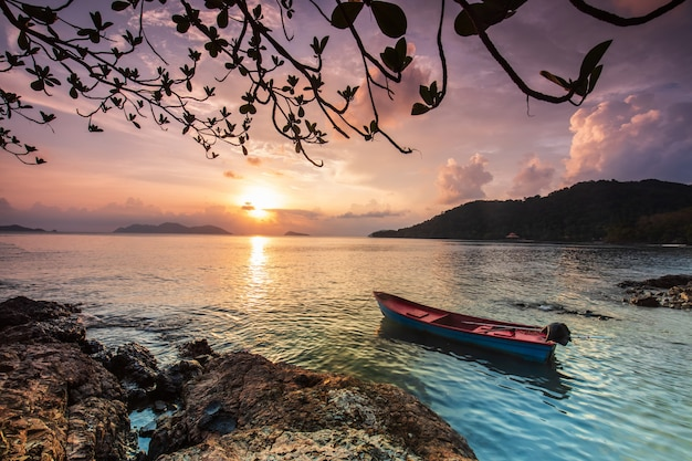 Colorful sunset on the sea in koh wai island, trat  province, thailand. Premium Photo