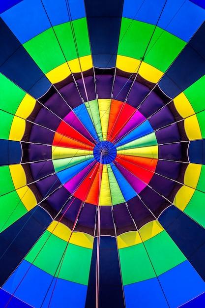Colorato simmetrico all'interno di una mongolfiera Foto Gratuite