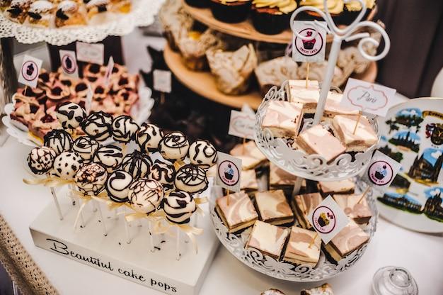 結婚披露宴のスイーツとグッズのカラフルなテーブル Premium写真
