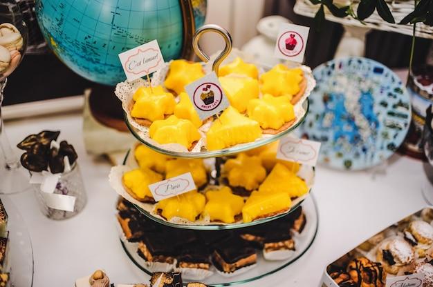 結婚式のためのお菓子やグッズのカラフルなテーブル Premium写真
