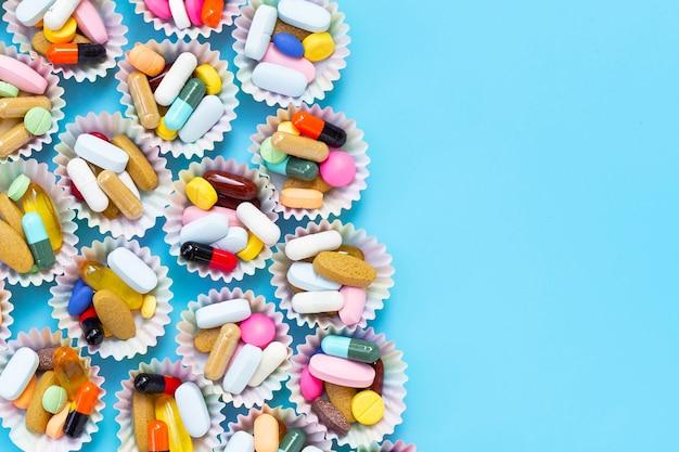 Красочные таблетки с капсулами и пилюли в обертках для кексов Premium Фотографии