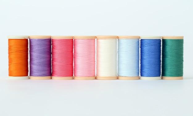 Разноцветные нити на белой поверхности Бесплатные Фотографии