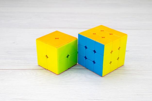 Costruzioni giocattolo colorate disegnate a forma di scrivania leggera, plastica giocattolo Foto Gratuite