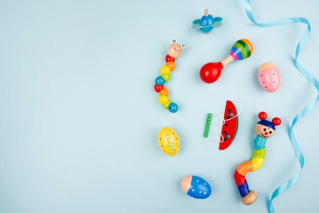 Красочные игрушки с копией пространства Premium Фотографии