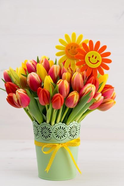 木製の背景に色とりどりのチューリップの花束 Premium写真