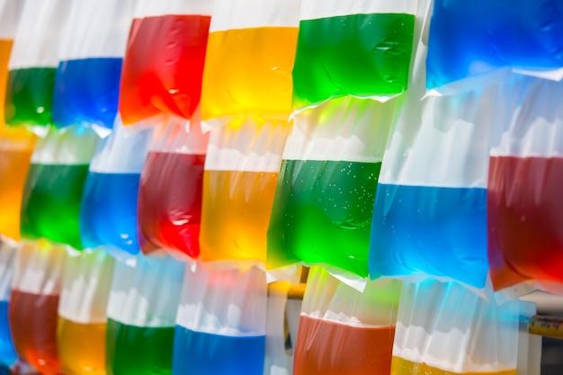 Красочная вода в висячем полиэтиленовом пакете. Premium Фотографии