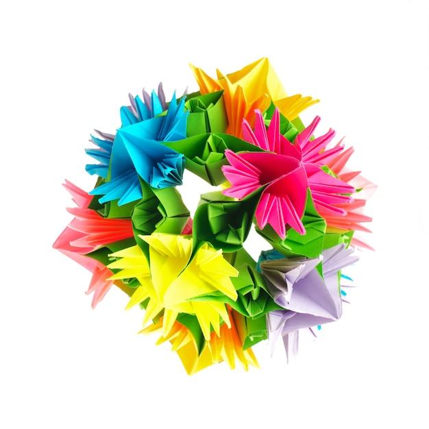 白で隔離された虹の花からのカラフルな折り紙くす玉 Premium写真