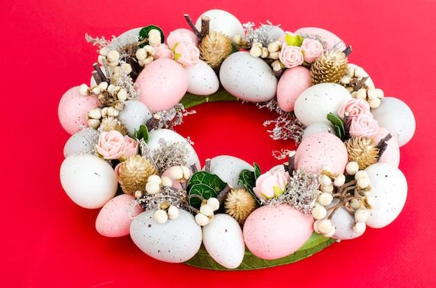 Colorfull красивый праздничный пасхальный венок. фото Premium Фотографии