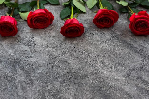 Красные розы на сером фоне, эффект colorkey. Premium Фотографии