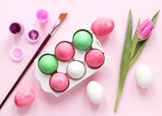 カラフルなイースターの卵と花 無料写真