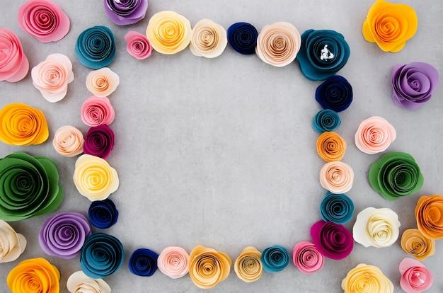 Красочная цветочная рамка на фоне цемента Бесплатные Фотографии