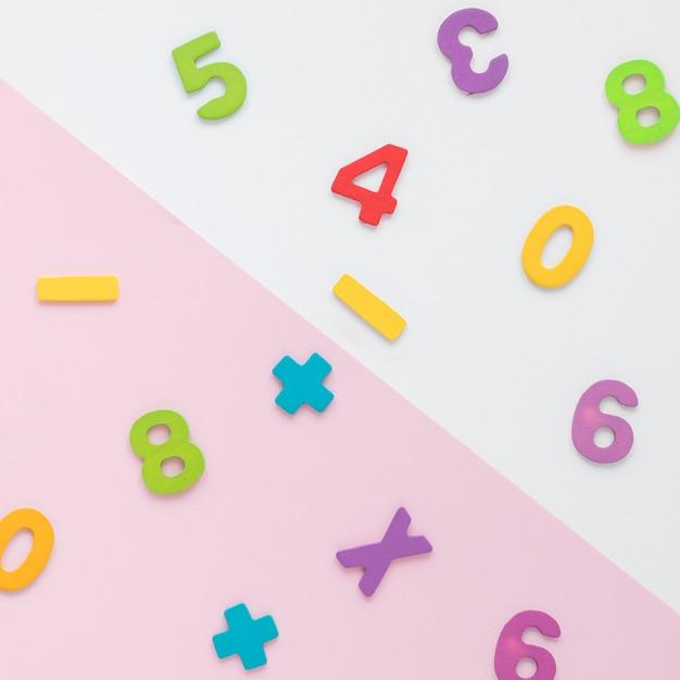 Vista superiore di disposizione variopinta di numeri di per la matematica Foto Gratuite