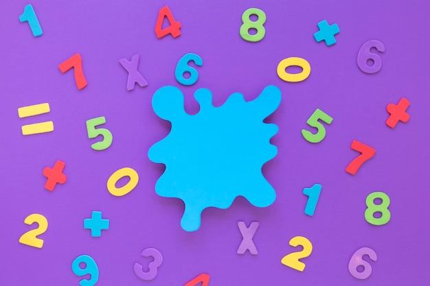 Disposizione di numeri matematica colorata con macchia blu spazio copia Foto Gratuite