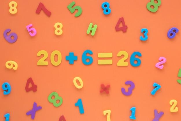 Numeri matematici colorati che creano una vista dall'alto di equazione Foto Gratuite