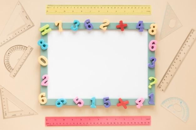 Blocco per grafici di numeri variopinto di matematica della vista superiore della carta bianca Foto Gratuite