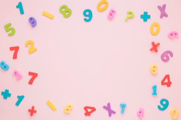 Numeri matematici colorati e cornice di lettere con vista dall'alto di spazio copia Foto Gratuite