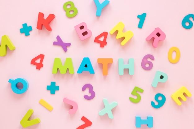 Vista superiore di numeri e lettere di matematica colorata Foto Gratuite