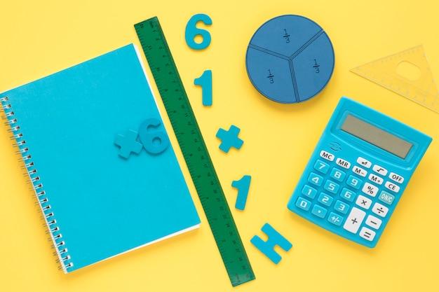 Numeri matematici colorati con notebook e calcolatrice Foto Gratuite
