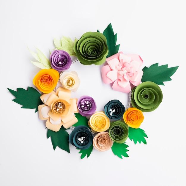 Рамка из разноцветных бумажных цветов на белом фоне Бесплатные Фотографии