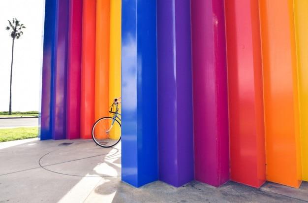 カラフルウォールと自転車 無料写真