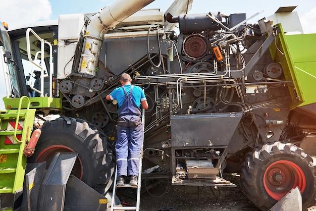 Combina servizio macchina, meccanico che ripara il motore all'aperto. Foto Gratuite