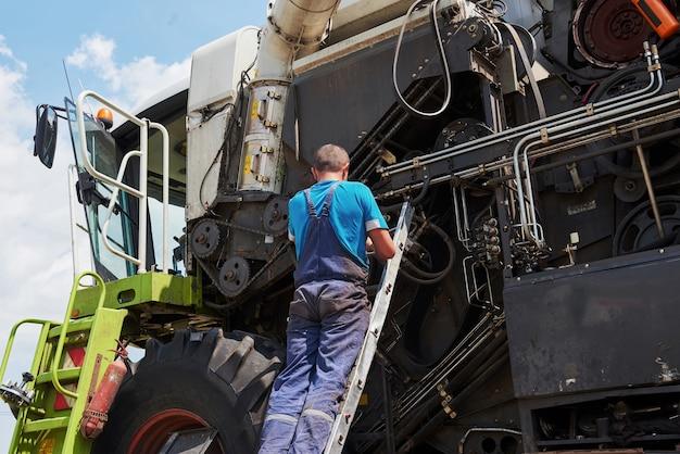 Совмещаем техобслуживание машин, слесарь ремонтируем мотор на улице. Бесплатные Фотографии