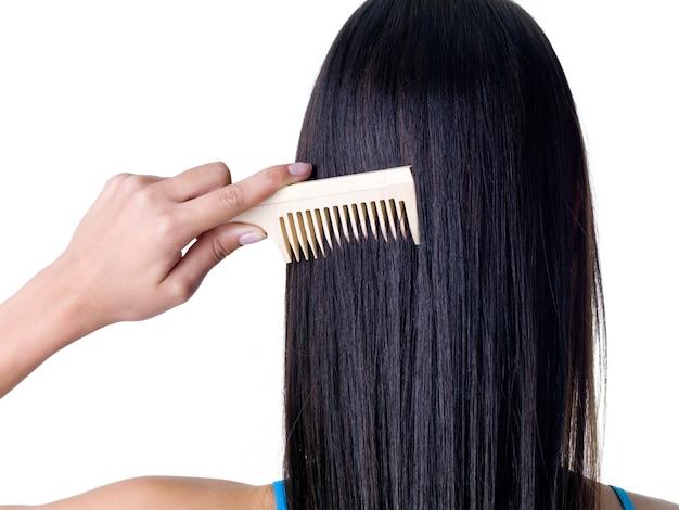 Pettinatura dei capelli femminili lunghi e lisci sani - primo piano Foto Gratuite