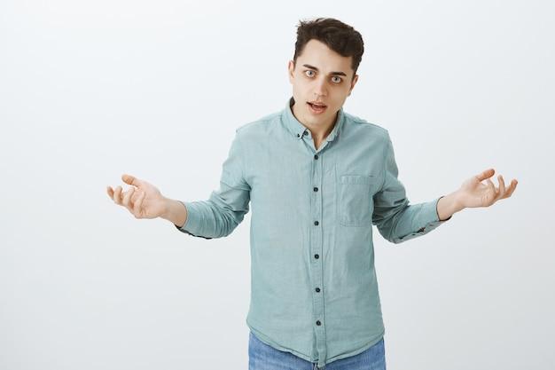 Давай, в чем твоя проблема. портрет рассерженного разочарованного европейца в обычной рубашке Бесплатные Фотографии