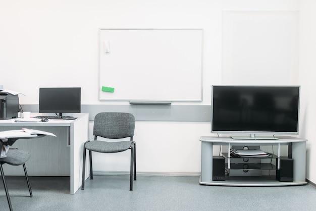 현대적인 장비를 갖춘 흰색 톤의 편안한 비즈니스 사무실 프리미엄 사진
