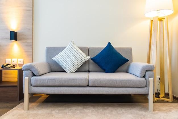 소파에 편안한 베개 무료 사진